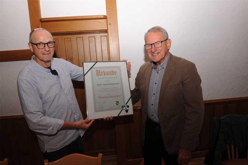 Teuto-Geschäftsführer Reinhard Windoffer (l.) überreichte dem zuvor zum Ehrenvorsitzenden ernannten Josef Schippmann (r.) eine Urkunde.